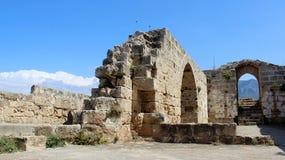 Gammal dörr för för slottstenvägg och båge med trappan arkivbild