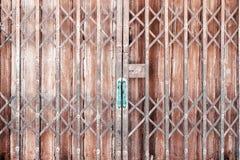 Gammal dörr för glidning för tappningstilzink royaltyfria bilder