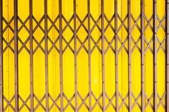 Gammal dörr för guling för tappninggrungestål fotografering för bildbyråer