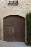 Gammal dörr från ett gammalt hus Arkivfoton