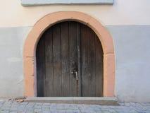 Gammal dörr i den Bernkastel Tyskland Arkivfoto