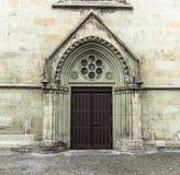 Gammal dörr i den gotiska stilen royaltyfri foto