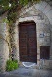 Gammal dörr i den Tuscany staden av Assisi Royaltyfria Bilder