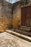Gammal dörr i gammal stad i Rhodes, Grekland Royaltyfria Bilder