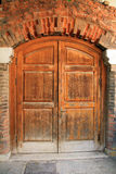 Gammal dörr i Istanbul, Turkiet royaltyfria foton