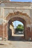 Gammal dörr i Rahim Yar Khan, Pakistan Arkivbilder
