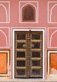 Gammal dörr i slott med rosa väggar i Jaipur, Indien Arkivbilder