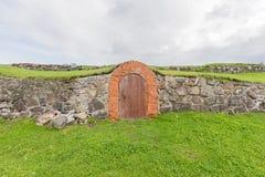Gammal dörr i slottväggen Royaltyfri Foto