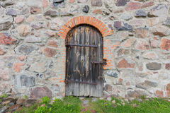 Gammal dörr i slottväggen Royaltyfri Bild
