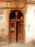 Gammal dörr i Tbilisi royaltyfria bilder