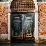 Gammal dörr i Venedig Royaltyfri Foto