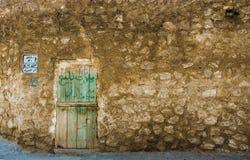 Gammal dörr inom den forntida väggen Arkivbilder