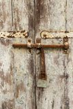 Gammal dörr med den rostade bulten och skalad målarfärg på den Spinola fjärden, Julian ` s, Malta, detalj för St arkivfoton