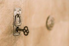 Gammal dörr med det gamla låset Selektiv fokus på tangent Royaltyfria Foton