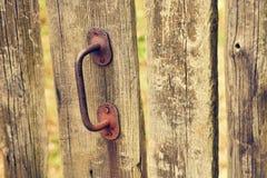 Gammal dörr med det rostiga metallhandtaget arkivfoto