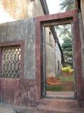 Gammal dörr med det terrakotta belade med tegel taket Arkitektoniska detaljer från Goa, Indien Royaltyfri Foto