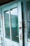 Gammal dörr med exponeringsglasmellanlägg arkivbilder