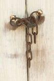 Gammal dörr med låset och kedjan Arkivbilder