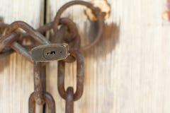 Gammal dörr med låset och kedjan Royaltyfri Fotografi
