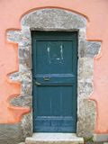 Gammal dörr med teckenet royaltyfri fotografi
