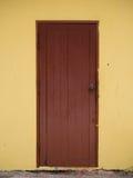 Gammal dörr- och gulingvägg Arkivbild