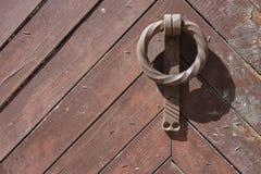 Gammal dörr och knackare Arkivbild