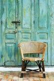 Gammal dörr och stol fotografering för bildbyråer