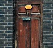 Gammal dörr- och tegelstenvägg Royaltyfri Fotografi