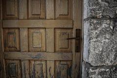 Gammal dörr på gammal bakgrund för tegelstenstenvägg Royaltyfri Foto