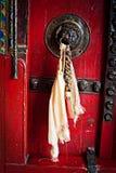 Gammal dörr på den buddistiska kloster Royaltyfri Fotografi