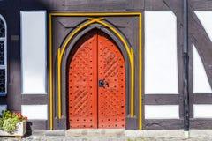 Gammal dörr på medeltida hus i Schotten Arkivbild