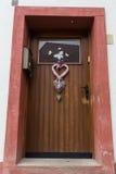 Gammal dörr som markerar ingången till en byggnad Royaltyfri Fotografi