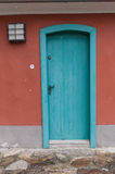 Gammal dörr som markerar ingången till en byggnad Royaltyfri Foto