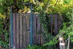 Gammal dörr till ingången i en odlingslott royaltyfria foton