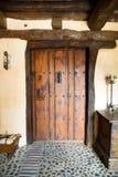 Gammal dörringång till ett hus Arkivbild