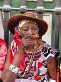 Gammal dam med en cigarr Arkivbild
