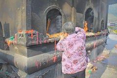 Gammal dam som bränner rökelsepinnarna i Wutaishan, Shanxi landskap, Kina arkivfoton