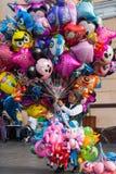 Gammal dam som säljer ballonger Arkivbilder