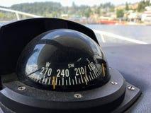 Gammal dammig kompass som navigerar väghemmet royaltyfri fotografi