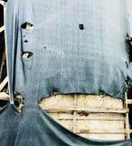 Gammal dekor för Grungy tappning med träconstructure under sönderrivet tyg Arkivfoto