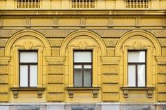 Gammal dekorativ byggnad, gulnar kulört royaltyfri fotografi