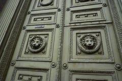 Gammal dekorativ dörr med lejonhuvudet arkivbild