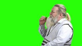 Gammal desperat man på den gröna skärmen arkivfilmer