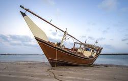 Gammal dhow på stranden royaltyfria bilder
