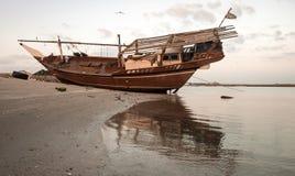Gammal dhow på stranden arkivfoto