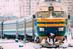 Gammal diesel- lokomotiv på järnväg i kall snöig vinterdag Arkivbilder