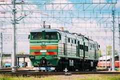 Gammal diesel- lokomotiv på järnväg i Sunny Summer Day Arkivbilder