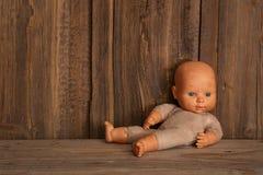 gammal docka Begrepp: Övergiven person Slut upp en gammal bruten docka Arkivbild