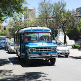 Gammal Dodge buss i La Paz, Bolivia Royaltyfri Foto