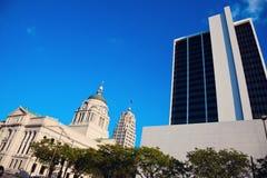 Gammal domstolsbyggnad i stor böjning Arkivbild
